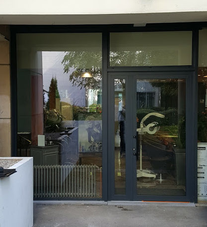 R alisation d une vitrine pour un salon de coiffure - Kline fenetre alu ...