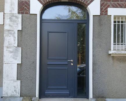 Pose d 39 une porte d 39 entr e en aluminium de chez bel 39 m for Poser une porte d entree