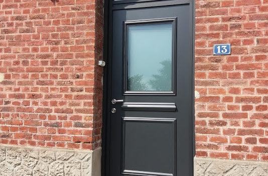 Pose d 39 une jolie porte d 39 entr e avec tierce vitr e en aluminium de chez kline collection - Montage porte d entree ...