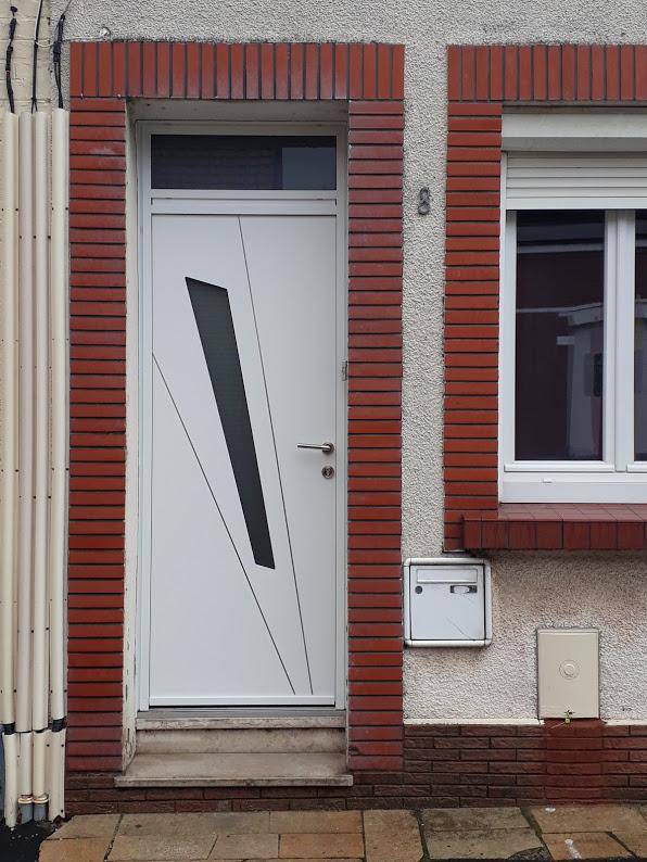 pose d 39 une porte d 39 entr e avec imposte en aluminium de chez kline blanche deux faces collection. Black Bedroom Furniture Sets. Home Design Ideas