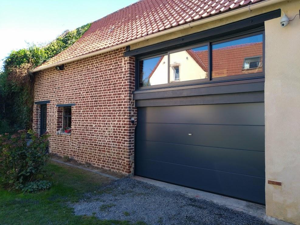 Pose Dune Porte De Garage Sectionnelle Avec Une Fenêtre Coulissante